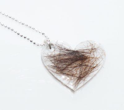Halskæde med hår fra dyr eller mennesker. I sølv eller forgyldt kæde