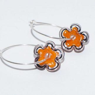 Øreringe - blomst i orange/sort