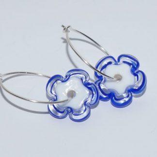 Øreringe - blomst i hvid/blå